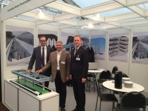 Messestand der voestalpine Krems Finaltechnik GmbH. v.l.n.r.: Roland Stichauner (Vertrieb International), Manfred Harbich (Vertriebsleiter), Pavel Zajic (Vertrieb International).