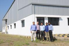 René Scheibe von der eifeler Group besuchte die neue Halle im Dezember, um gemeinsam mit den indischen Mitarbeitern das künftige Layout zu fixieren. (v. l. n. r.): Alok Jhamb, René Scheibe, Mahesh Jagdale, P.N. Krishnaswamy und C. Vijeykumar.