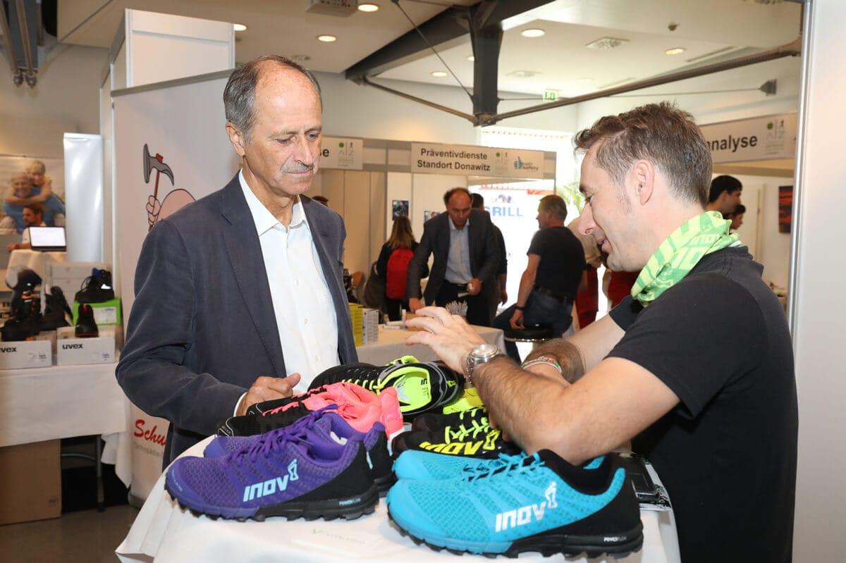 Vorstand Hubert Possegger zeigte sich u. a. am Laufschuhtest interessiert.