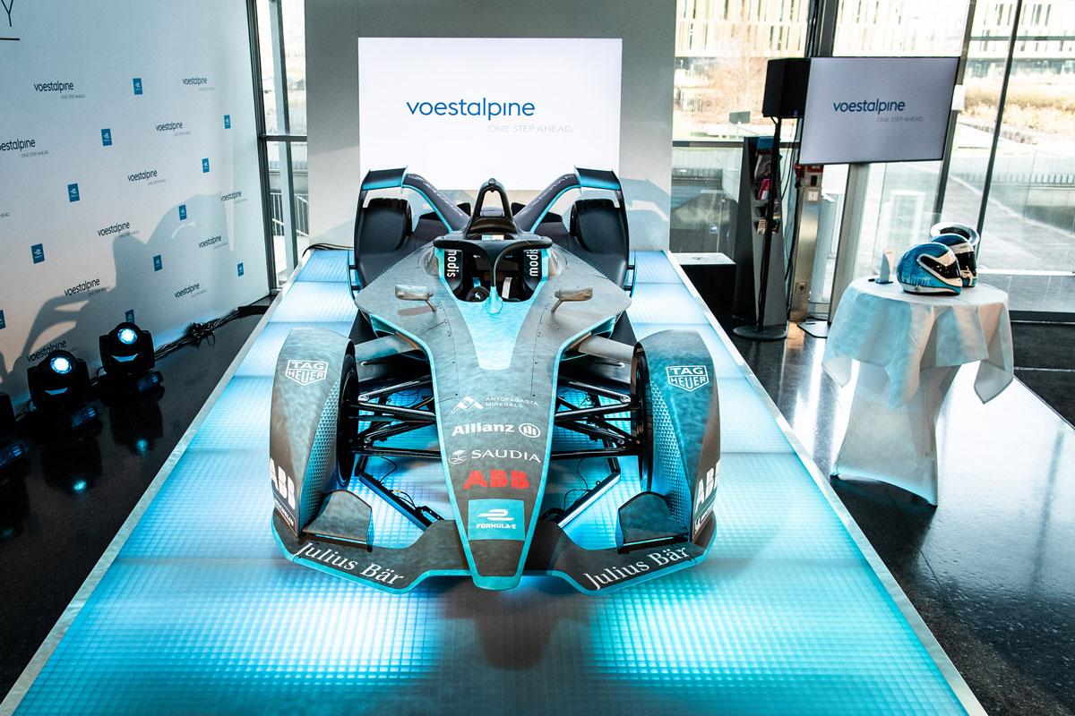 """Das Auto – eine exakte Kopie des aktuellen Formel-E-Rennboliden """"Gen2"""" – wird in diesem Jahr auch regelmäßig in der voestalpine Stahlwelt in Linz zu sehen sein."""