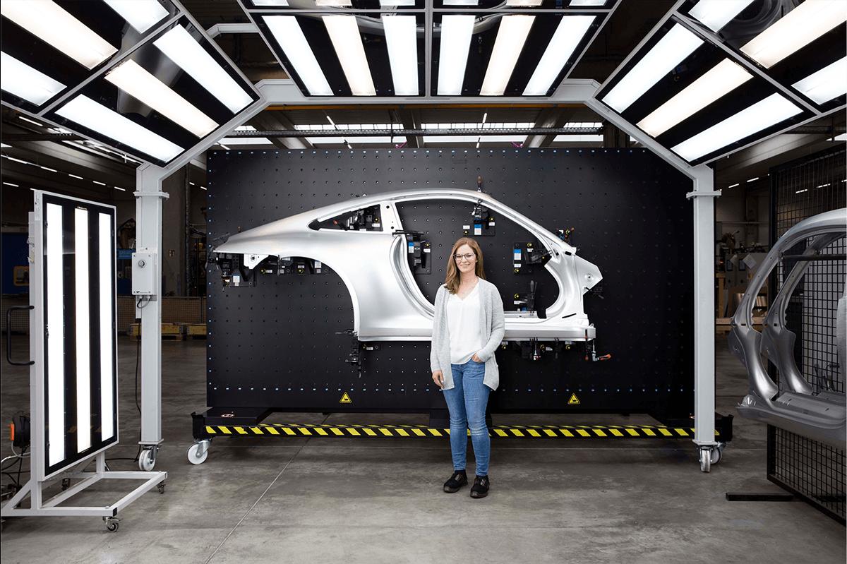 Prozessingeneurin Katrin Betz vor einem Prototypen der voestalpine Automotive Components Schwäbisch Gmünd GmbH & Co. KG