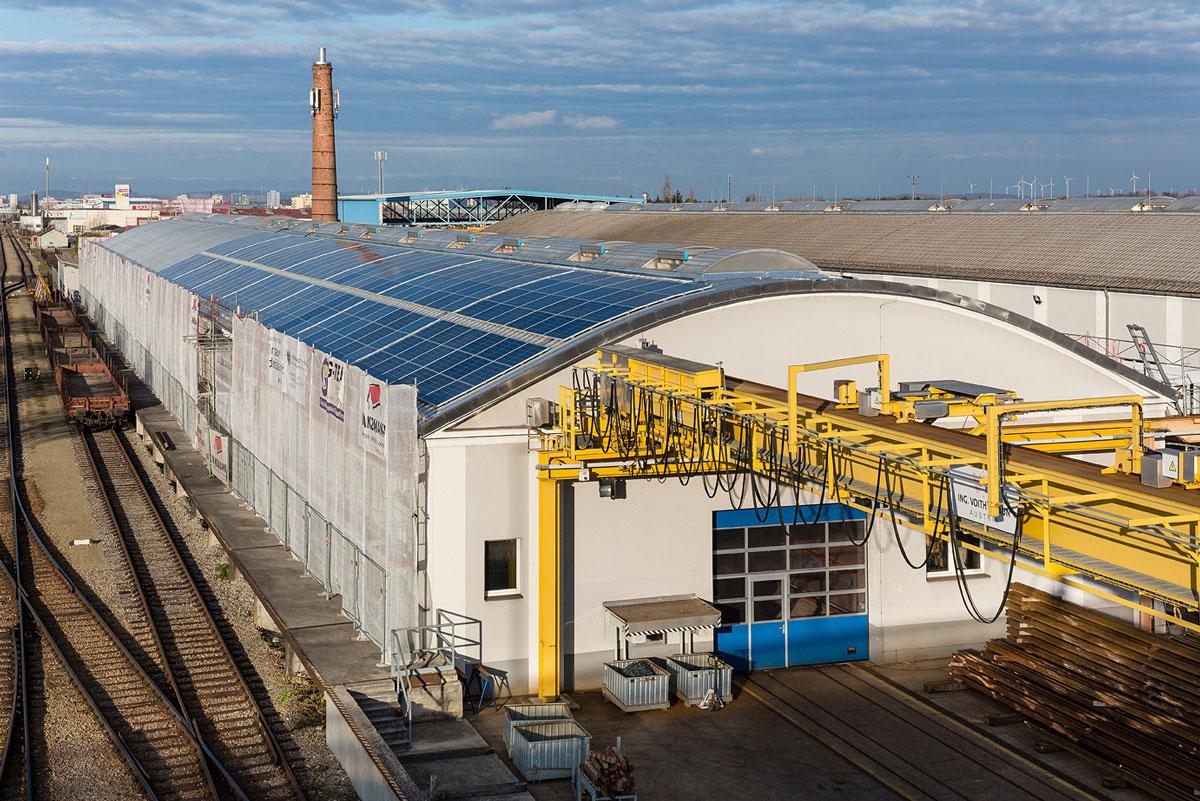 Der Bau der Photovoltaikanlage am Dach des Weichenwerks Wörth