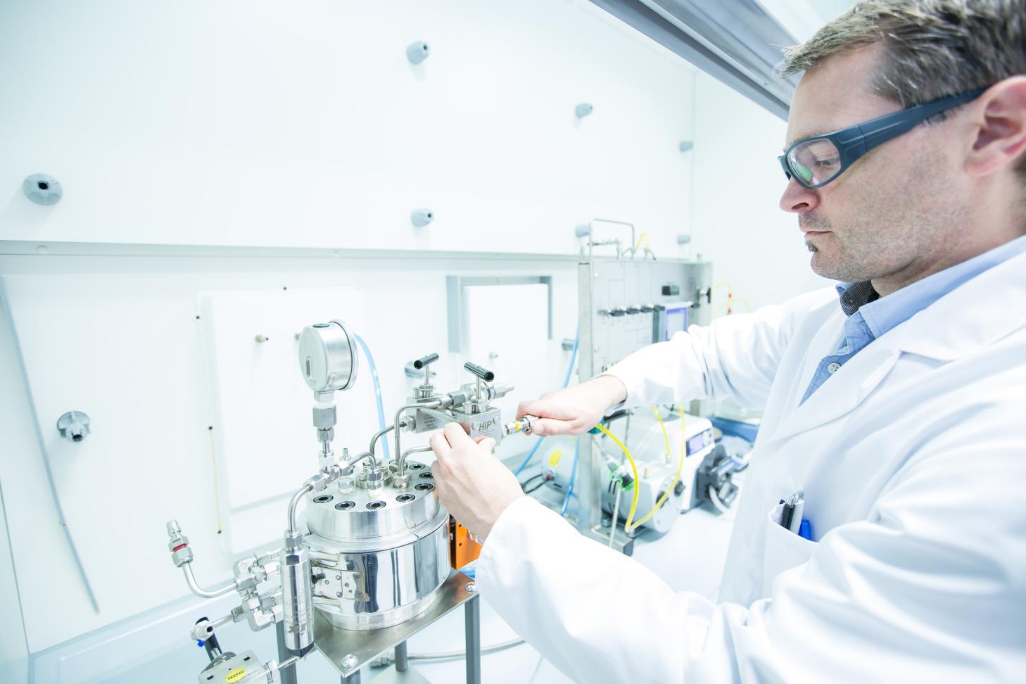 Chemisches Labor mit Mitarbeiter in der Forschung und Entwicklung der voestalpine