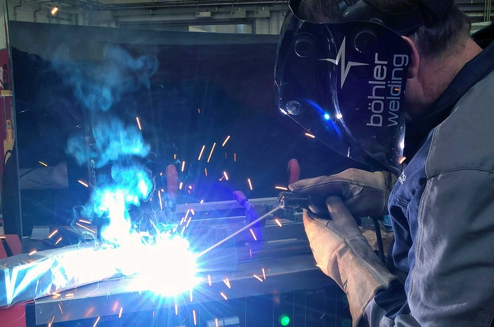 electric arc welding with böhler welding helmet